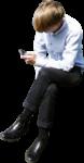 Скачать PNG картинку на прозрачном фоне Молодой человек сидит, смотрит в мобильный телефон