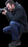 Скачать PNG картинку на прозрачном фоне Мужчина присел на корточки, фотографирует